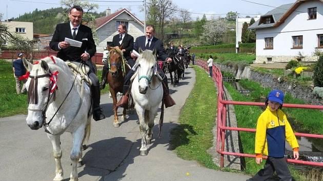 Jízda kolem osení, nebo také Rajtování, je prastarý zvyk jehož historie sahá až k dobám po bitvě na Bílé hoře. Lukavec, místní části Fulneku, je jediným místem v České republice, kde se tato velikonoční tradice dodržuje dlouhá léta do dnešních dnů.
