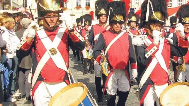 Také letos bude součásti sobotního programu průvod na Masarykově náměstí. V něm pojede i vojenská technika.