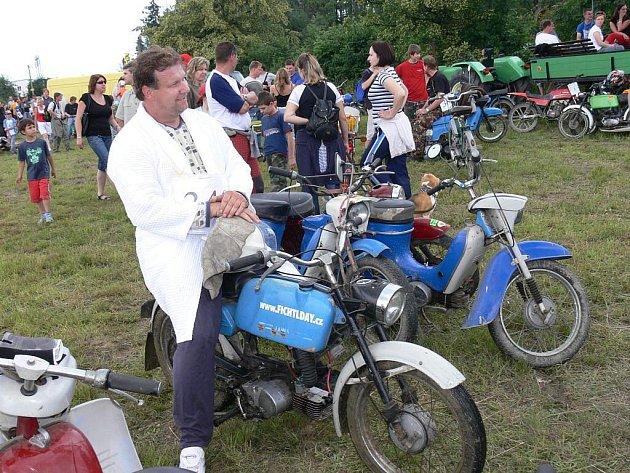 Stovky příznivců a milovníků jízdy na malých motocyklech se sjelo do Frenštátu pdo Radhoštěm na pátý ročník akce Fichtlday.