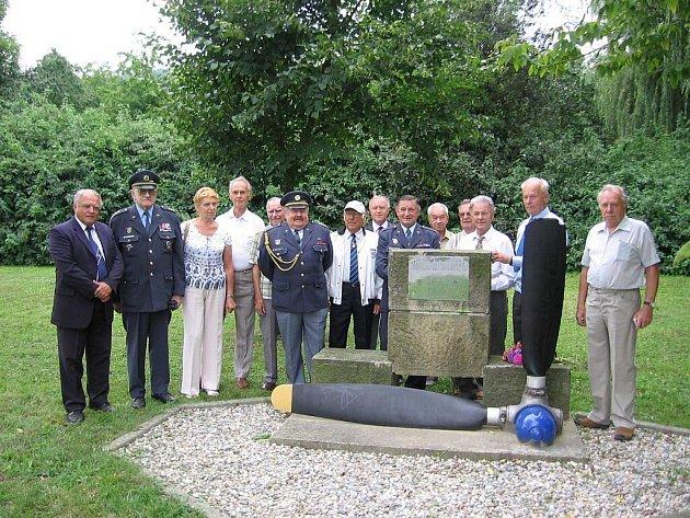 Převážně bývalí letci nedávno uctili památku obětí největší letecké tragédie v Moravskoslezském kraji.