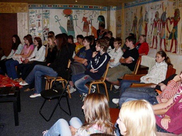 Informovat a přiblížit mladým lidem problematiku přenosných chorob HIV a Aids přijel z Prahy Oldřich Bašta z České společnosti Aids pomoc.