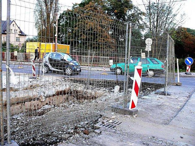 Most přes řeku Lomnou na Místecké ulici začala Správa silnic Moravskoslezského kraje opravovat v době, kdy je ještě další most přes stejnou řeku, nedaleko odtud, v opravě. Situace tak poměrně hodně komplikuje dopravu ve městě.