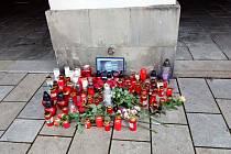 Pietní místo, kde lidé uctívají památku Karla Gotta, někdo v Novém Jičíně přesunul před radnici.