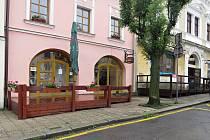 Předzahrádka kavárny a vinárny Nové srdce v Odrách zatím zeje prázdnotou.