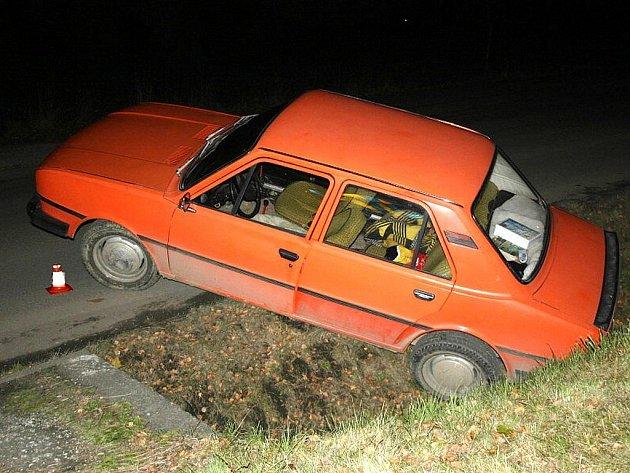 Škoda 120, kterou ve čtvrtek po půlnoci v Příboře řídil opilý šofér, skončila v příkopu.