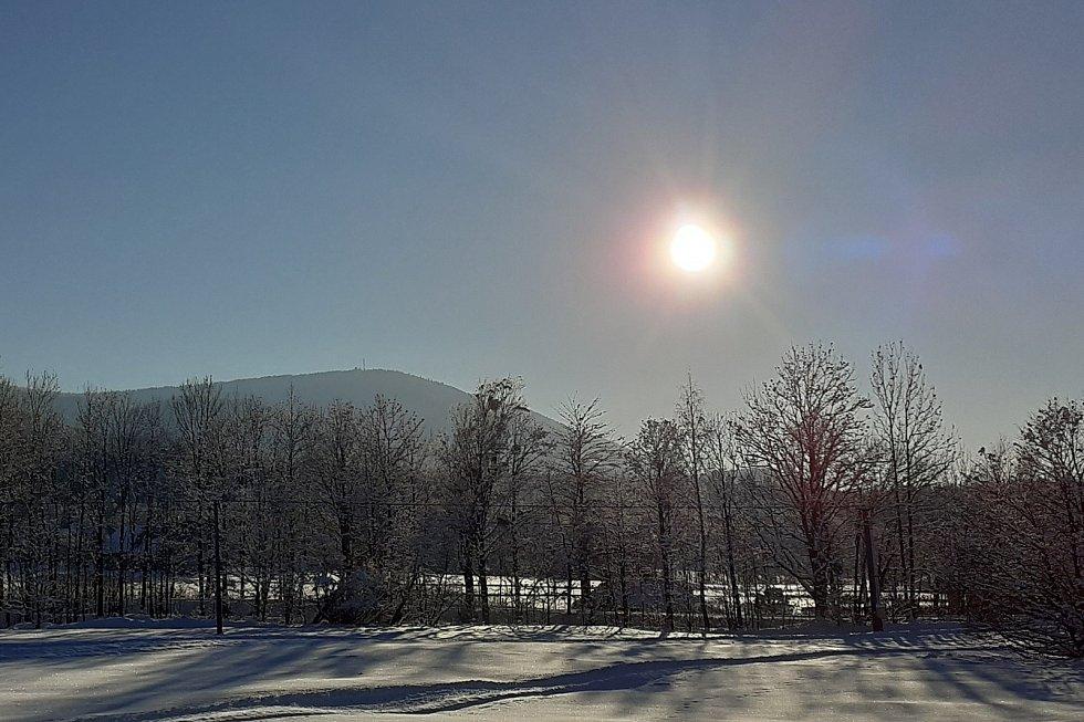 Z Noříčí hory v Trojanovich jsou krásné výhledy na Frenštát pod Radhoštěm, Trojanovice i na horu Kotouč. Z okolí hory je vidět kaple na Radhošti. Neděle 14. únota 2021.