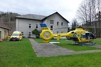 Sanitka a vrtulník moravskoslezské záchranné služby při zásahu ve Vlčovicích na Novojičínsku.