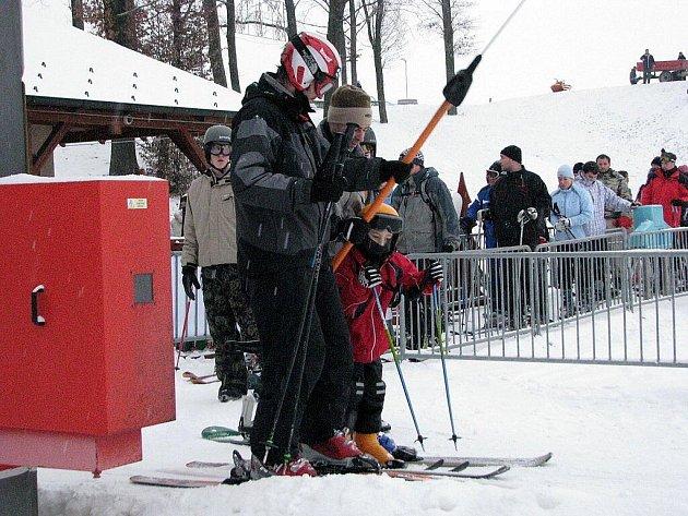 Pravého zimního počasí využily stovky milovníků lyžování, snowboardu i bobování a vyrazily do některého z lyžařských středisek. Takto to vypadalo v Tošovicích u Oder.