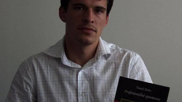 Tomáš Sluka a jeho kniha.