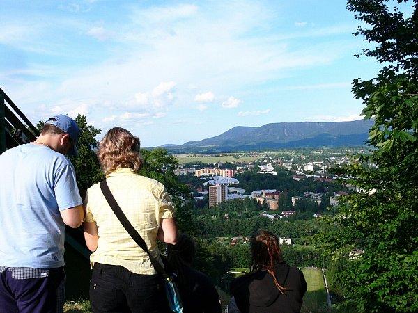 Odměnou tomu, kdo vystoupá až knájezdové věži skokanského můstku, je překrásný výhled na Frenštát pod Radhoštěm a jeho okolí.