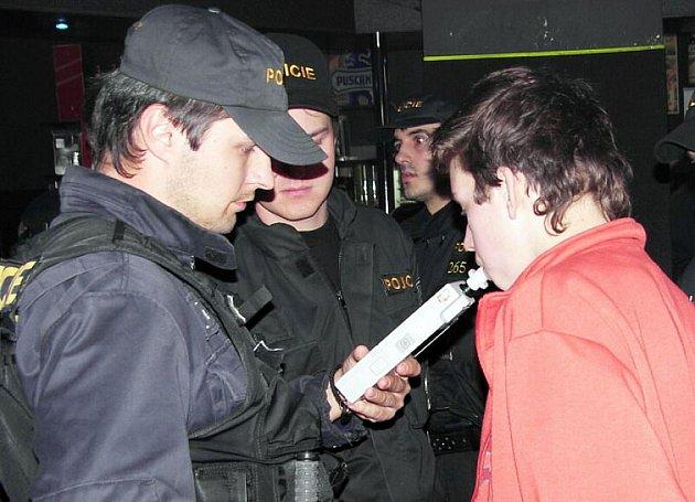 Policisté kontrolovali mladistvé v celém okrese.