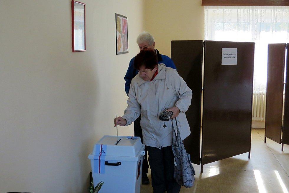 Ve Staré Vsi, místní části Bílovce, se tradičně volí v budově bývalé mateřské školy.