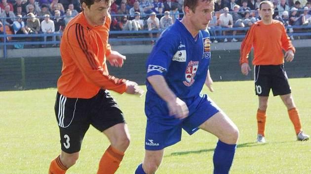 Exolomoucký obránce Michal Kovář (vlevo) a exostravský Radek Slončík (vpravo) svým umem a zkušenostmi táhnou Fulnek do 2. ligy.
