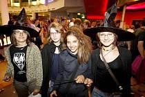 Na premiéru dorazilo mnoho lidí po celé zemi stylově v čarodějnickém obleku, jako třeba parta mladých lidí v Praze na snímku.