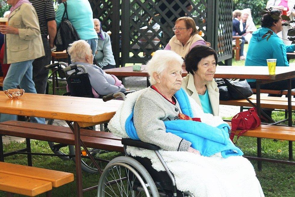Desítky obyvatel Domova Odry a jejich příbuzných se sešly ve středu 20. srpna na zahradě Domova Odry k malé slavnosti – křtu robotického tuleně Paro.