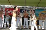 Skupina Abadá Capoeira předváděla souboj s holemi v rukou.