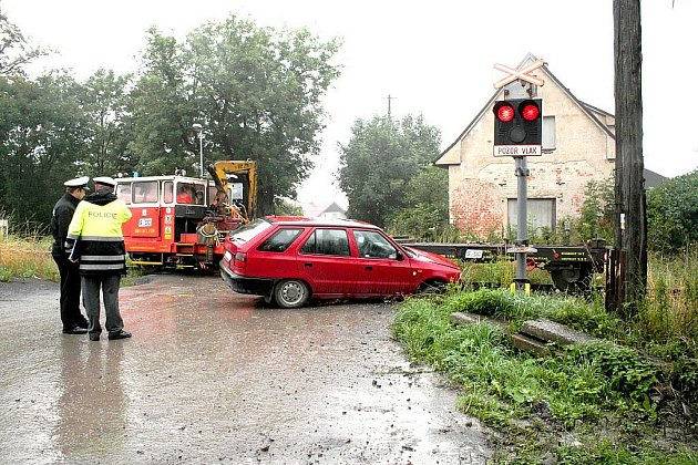 """Při řidiči, který na nechráněném železničním přejezdu přehlédnul semafor a vjel na trať ve chvíli, kdy po ní projíždělo drážní vozidlo, však nejspíš stáli všichni svatí. Nehodu tak odnesly """"pouhé"""" plechy."""
