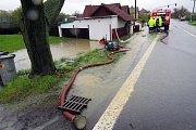 Hladina Jičínky na Novojičínsku se zvedla do úrovně II. pohotovostního stupně už v 8 hodin ráno a byla na něm až do poledne. V Žilně, místní části Nového Jičína, městská policie zvedla a uzavřela most, v Mořkově hasiči zasahovali u výtoku z kanálové výpus