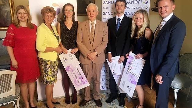 Pavlíně Janovské z Fulneku (třetí zleva) předal ocenění rukou držitel Nobelovy ceny Jean-Marie Lehn (po její levici).
