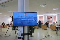 Nově vzniklá koalice v Kopřivnici odvolala všechny radní města z funkcí, jen Miroslava Kopečného ponechala ve funkci starosty.