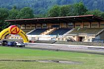 Letní stadion v Kopřivnici ještě před rekonstrukcí. Ta trvala rok a stála zhruba 35 milionů korun. Fotbalisté by k posunu také rádi přispěli - postupem do vyšší soutěže.