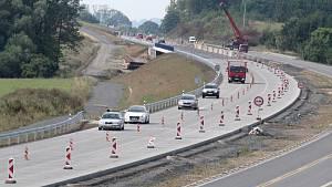 Stavba dálnice je v polovině