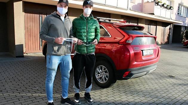 Dva maturanti z Nového Jičína Ondřej Kopecký (vlevo) a Kryštof Janík vyrobili desítky ocharnných štítů hlavně pro lékaře.