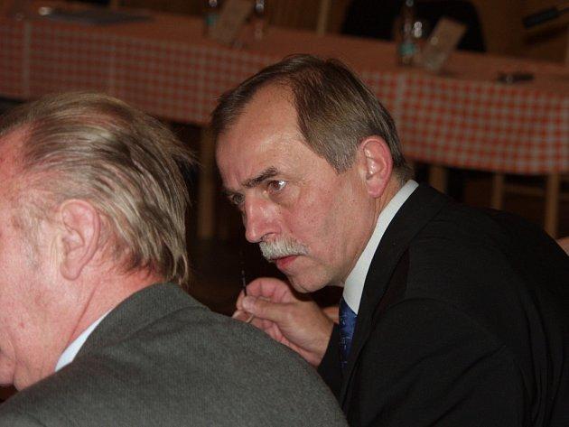 Také starosta Příbora Milan Strakoš zvedl ruku pro připojení k ústavní stížnosti.