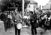 První poválečné kácení máje na náměstíčku ve Starém Jičíně v roce 1946.