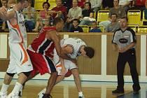 Basketbalisté Nového Jičína odehrají v sezoně domácí utkání na nové palubovce. Ta nahradila dosavadní, již čtrnáct let starou.