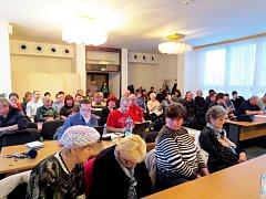 Desítky lidí přišly ve středu sledovat zasedání zastupitelů Frenštátu pod Radhoštěm, kteří schvalovali finanční pomoc obětem tragického výbuchu plynu v domě číslo 39.