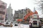 V sobotu 23. února dělníci začali s demolicí střechy.