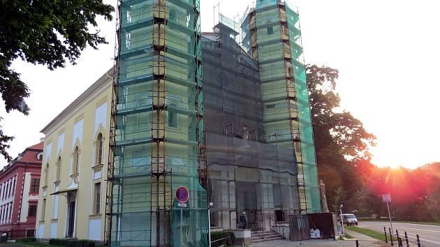 Práce na opravě fasády kostela v Kuníně již začaly.