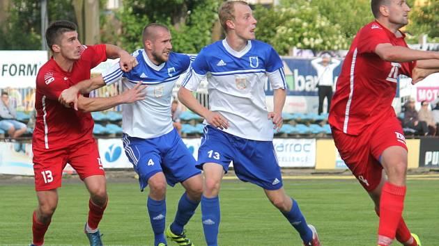 Defenziva Nového Jičína, jejíž pevnou součástí jsou i krajní zadáci Michal Kiss Farkas a Tomáš Wolf (zleva v bílo-modrém), inkasovala prozatím pouhé dvě branky.