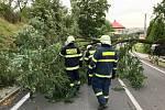 Zásah hasičů po bouřce ve Slatině na Novojičínsku.