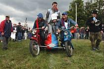 Do maratonu starých motorek se zapojil také dvojfichtl – stroj složený ze dvou pionýrů.