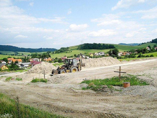 Hostašovický hřbitov je umístěn na svahu za obcí. První etapy prací by měly být dokončeny v říjnu tohoto roku.