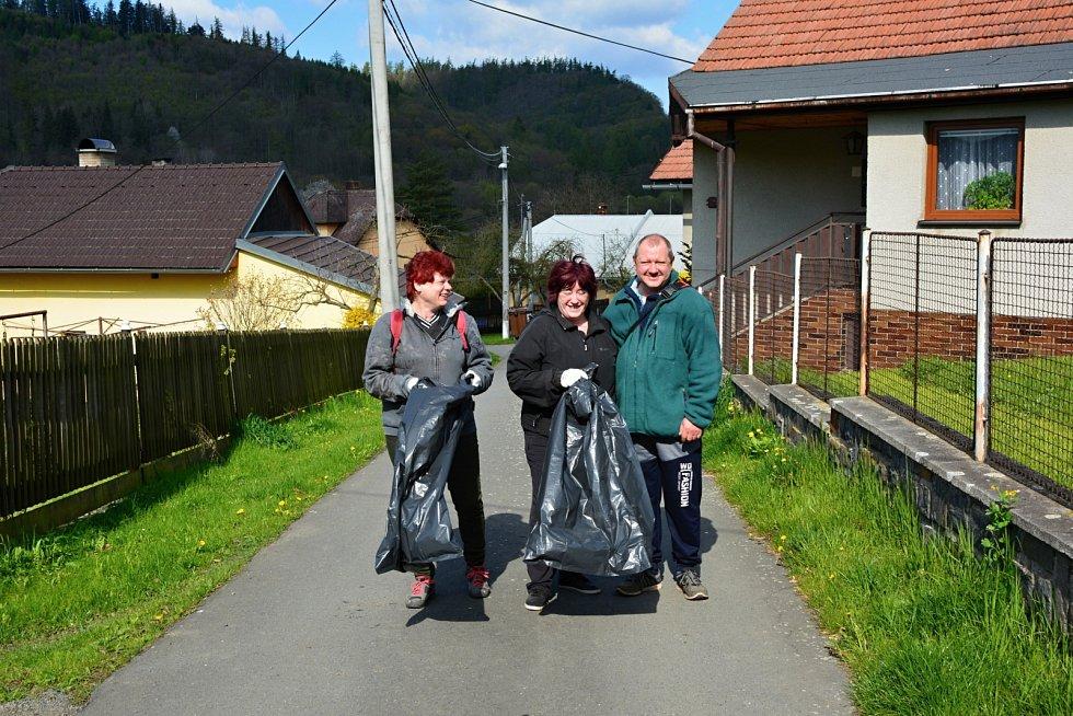 Procházku spojili v sobotu 8. května v Heřmánkách s úklidem.
