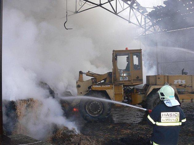 Neproniknutelný dým pronásledoval hasiče na každém jejich kroku.