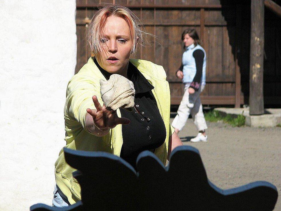 O titul Miss Kalamity z Barton city soutěžilo v sobotu odpoledne v Suchdole nad Odrou osm odvážných žen, z nichž jedna v průběhu soutěže odpadla.