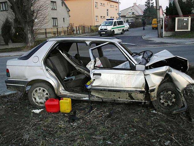 33letý řidič Peugeotu 309 nezvládl vůz a narazil na ulici K nemocnici v Novém Jičíně do betonového sloupku.