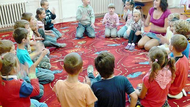 V ranním kruhu si mohou děti vzájemně sdělit své dojmy. Slouží také k aktivní výuce.