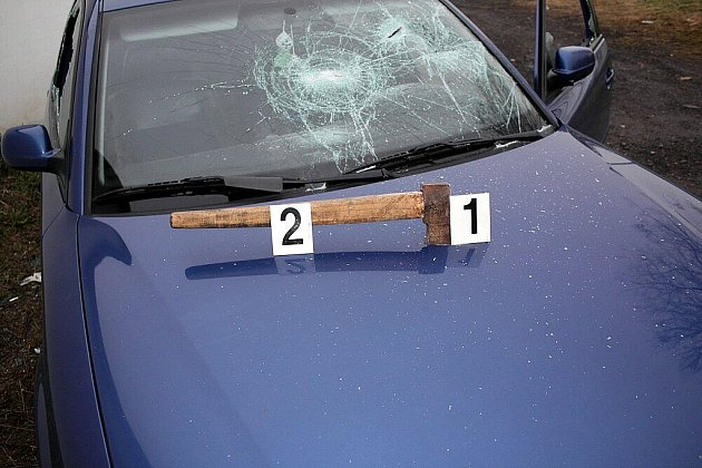 Takto dopadl zaparkovaný automobil v Kopřivnici po útoku pachatele v noci na středu 17. listopadu. Majitel policistům předběžně vyčíslil škodu ve výši 40.000 korun.