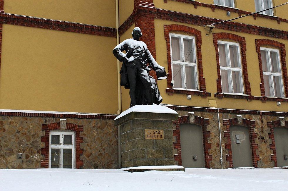Socha císaře Josefa II. před muzeem v centru Suchdola nad Odrou.