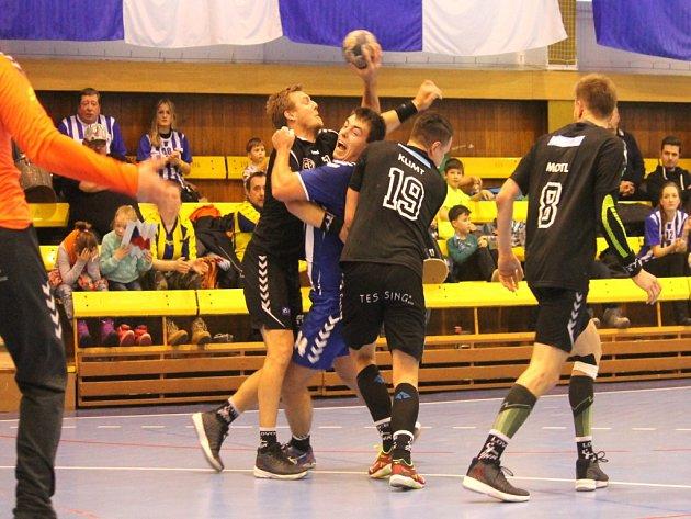Kopřivničtí házenkáři (na snímku v obležení lovosických hráčů Jaromír Petřík) prohrávají ve čtvrtfinále s Lovosicemi už 0:2 na zápasy, ale v domácím prostředí věří v prodloužení série.