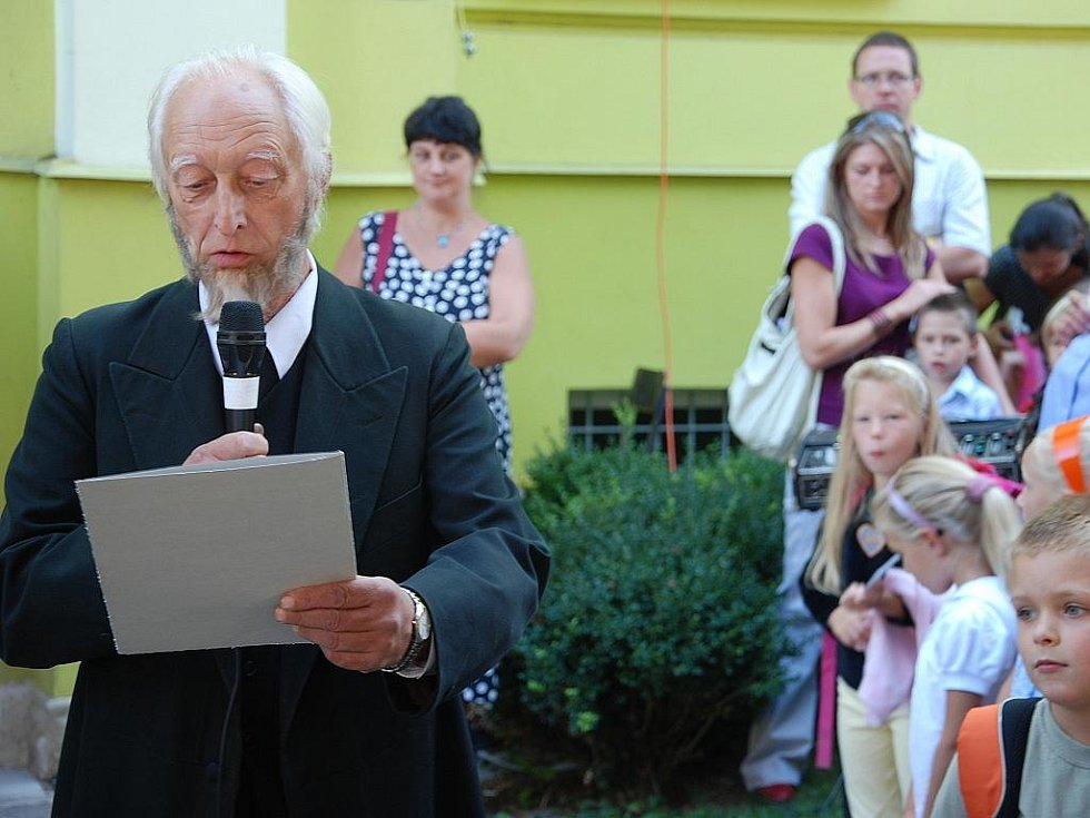 Netradiční začátek školního roku proběhl na Základní škole Komenského 68 v Novém Jičíně. Škola slaví letos sto let od svého založení, a proto se 1. září vrátila do časů svého vzniku.