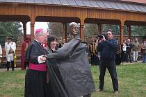 Benefice pro Kunín a jeho zámek měla bohatý program. Kromě atrakcí v něm bylo také místo na odhalení busty bývalého majitele zámku Victora Bauera, kterého se účastnil také biskup ostravsko-opavské diecéze František Lobkowicz.