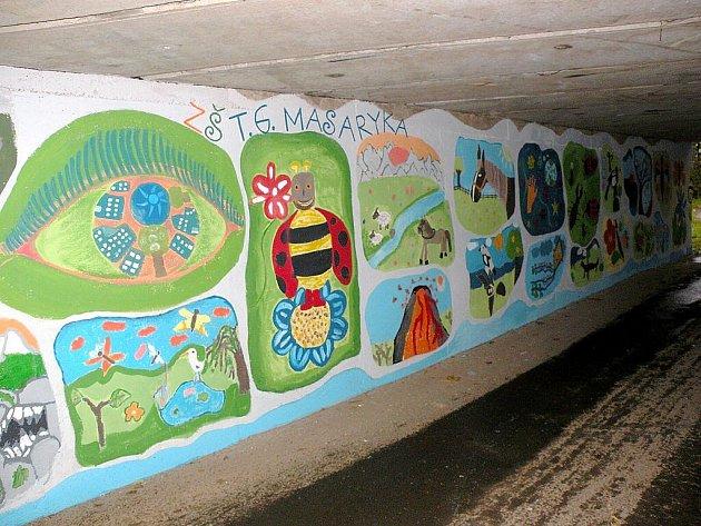 Graffiti a nevzhledné nápisy vystřídaly rostliny i zvířata v pojetí fulneckých dětí v místě pod mostem u silnice I/47 poblíž lékarny U Anny.