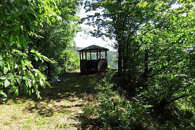 Heřmánky jsou malebná obec vúdolí mezi kopci. Turisty vyhledávaná je Švédská skála.