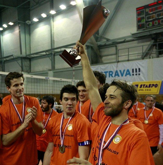 Novojičínský odchovanec (uprostřed) bezprostředně po skončení finále při oslavách titulu.
